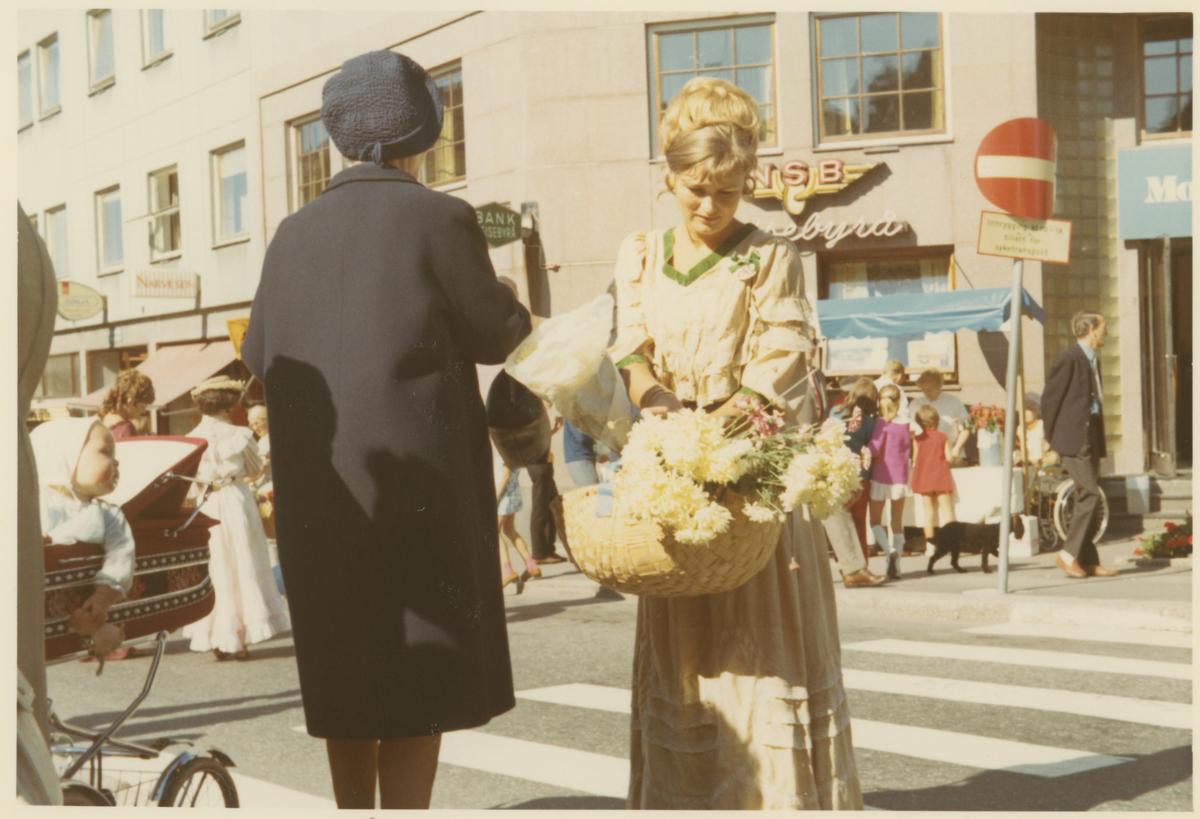 Fra byjubileet i 1970. Folkeliv i gatene med folk kledd i gamle drakter.