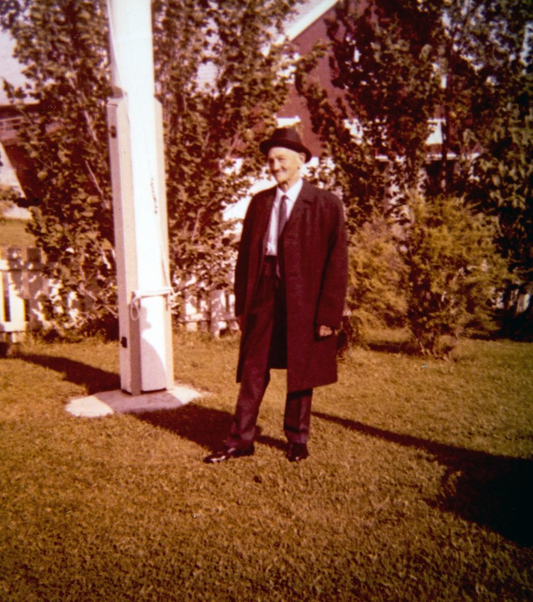 """Einar Dælinstuen. Einar er her blitt """"pyntet opp"""" til sin søster, Jenny Marie Jensen sin begravelse den 12.09.1970"""