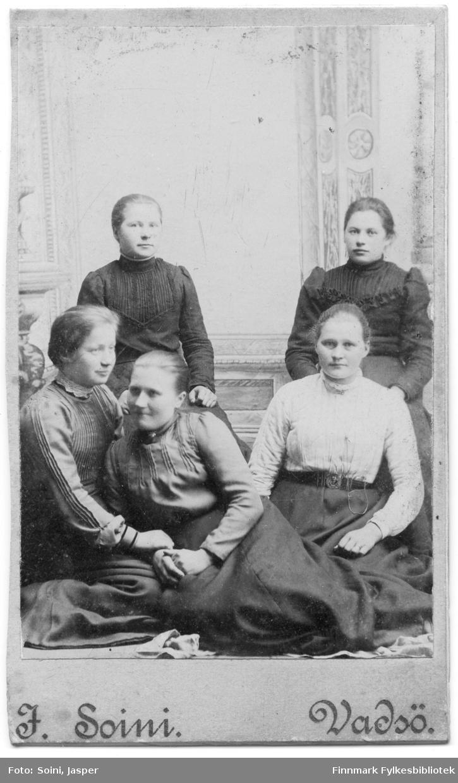 Et visittkortportrett av fem unge damer, gotografert i Jasper Soinis atelier i Vadsø.