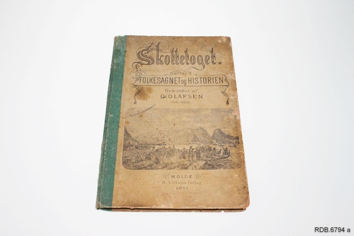 """Lita bok med papp-permer og grønn rygg. På framsida er det bilde av et sjøslag. og tittel: """"Skottetoget efter folkesagnet og historien"""" På baksida: """"1612"""". Boka har 51 sider. Boka er slitt."""