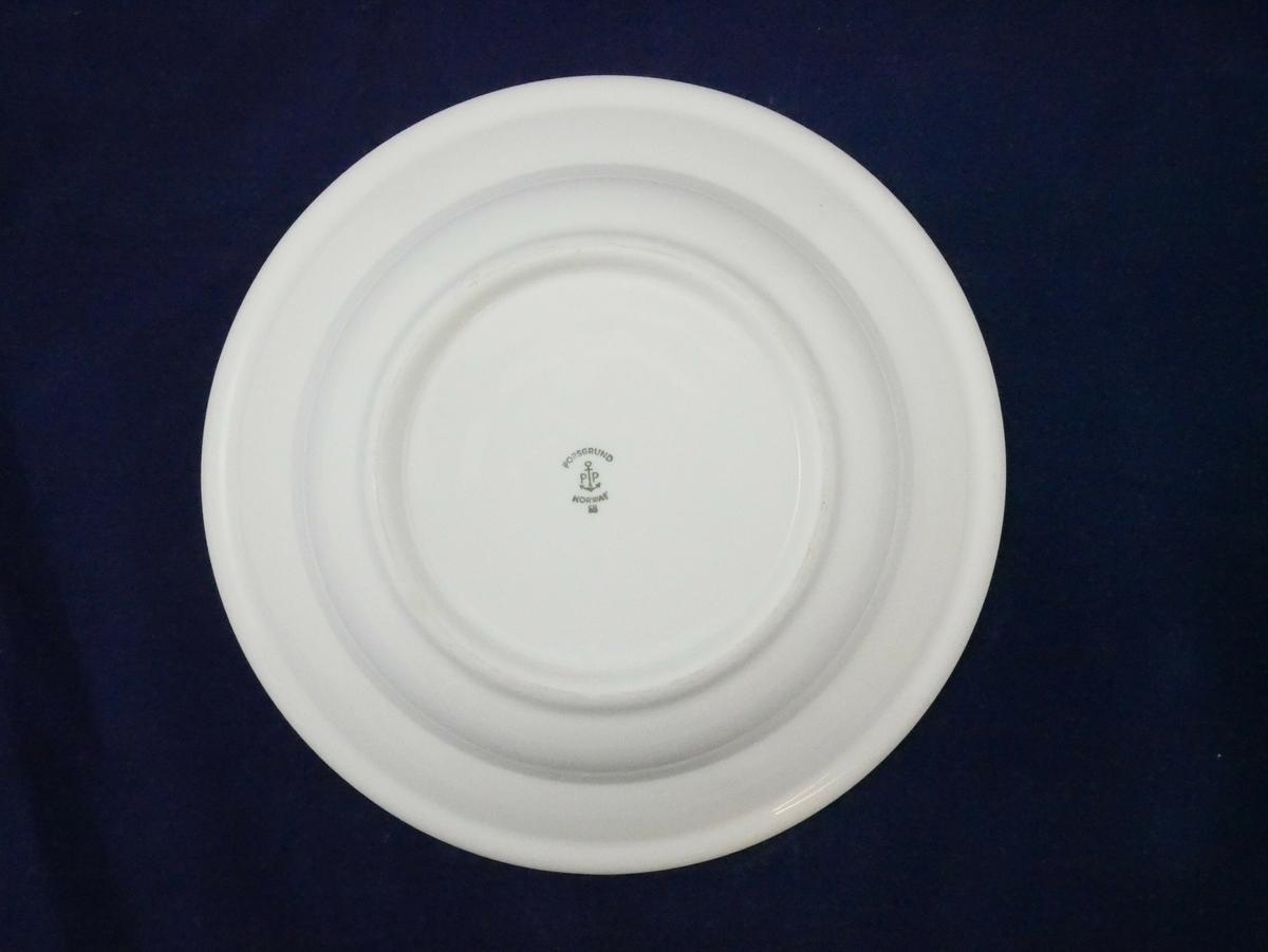 Hvit dyp tallerken i porselen. Rundt kanten er det en blå linje.