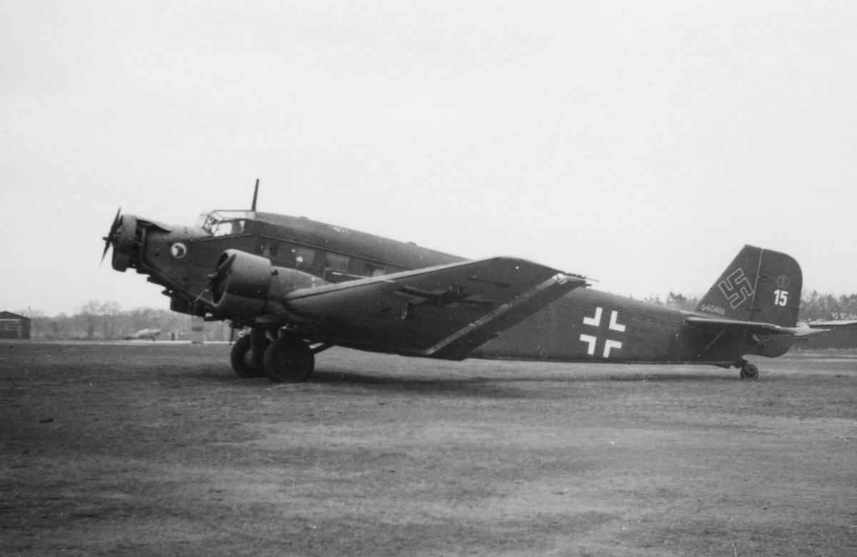 Tyskt flygplan Junkers Ju 52 märkt DP+FJ nr 15 uppställt på Bonarpshed efter nödlandning den 2 maj 1945. Vy från sidan.