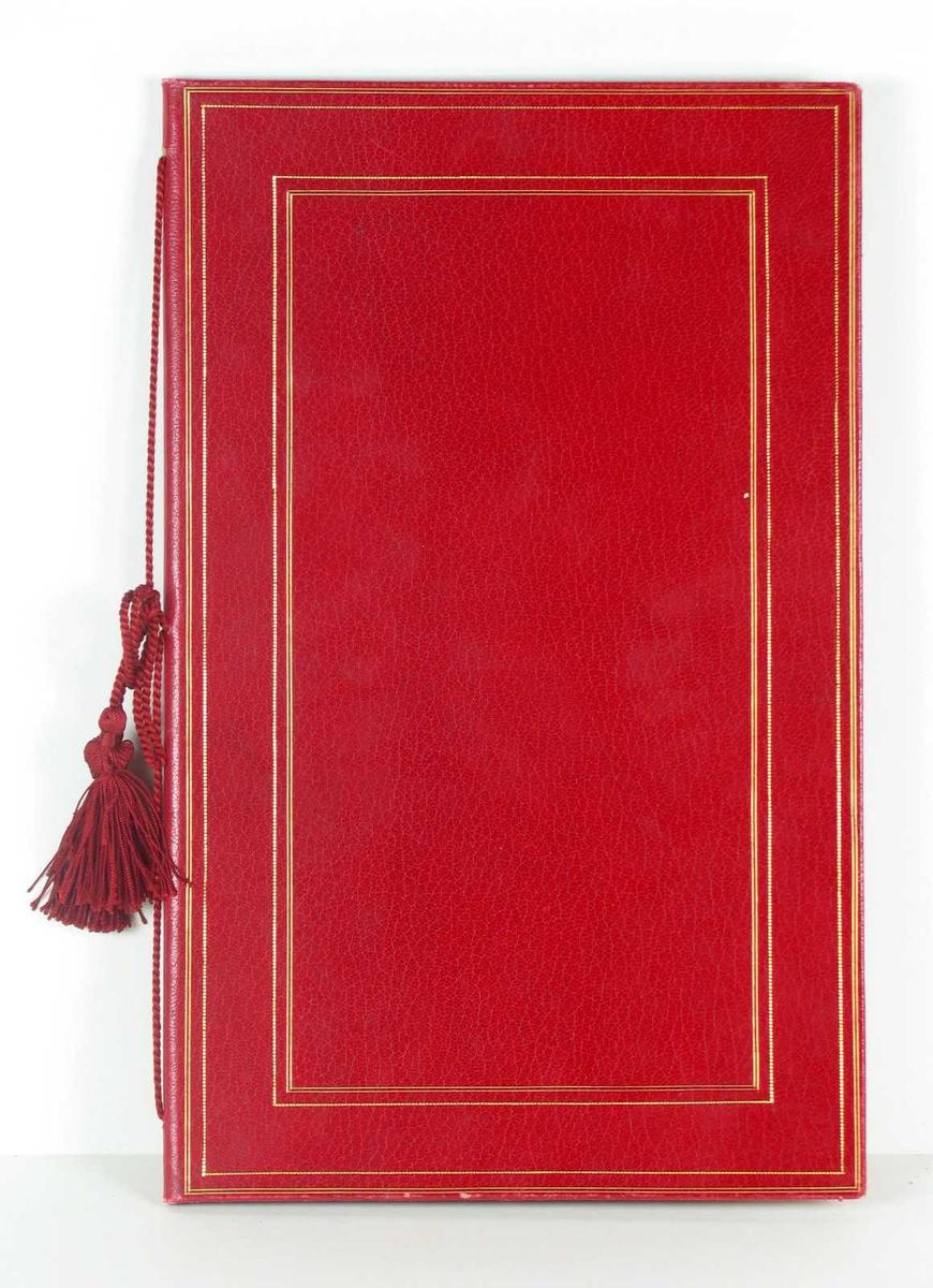 Adresse innbundet i rødt skinn med smale gullstriper og snor i ryggen. Den er fôret med lys silkerips. To blad.