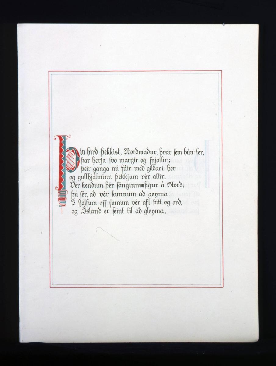 Adresse med mappe i mørkebrunt skinn med gullskrift på forsiden. Løse doble blad med mange hilsener i gullrammer. Adressen er skrevet med gotiske bokstaver i svart, rødt og gull.