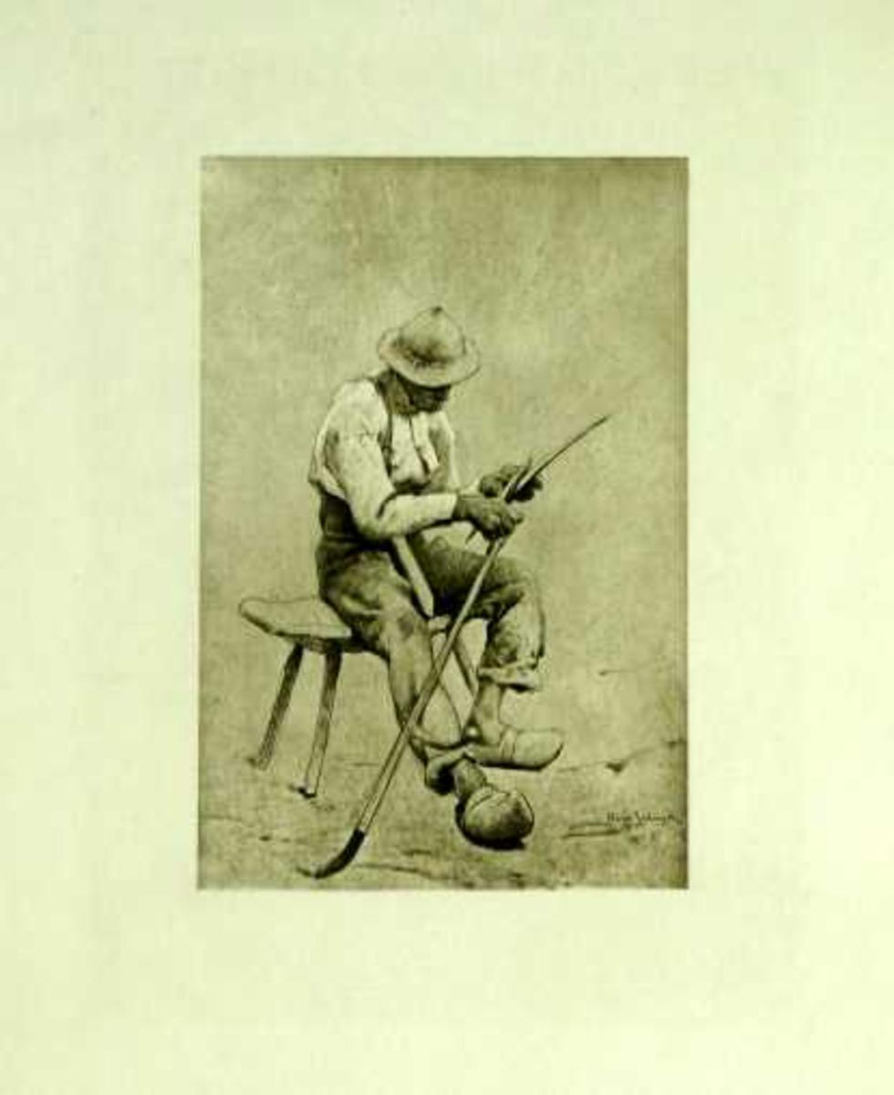 Eldre mann i arbeidsklær sitter på en benk og bryner ljåen.