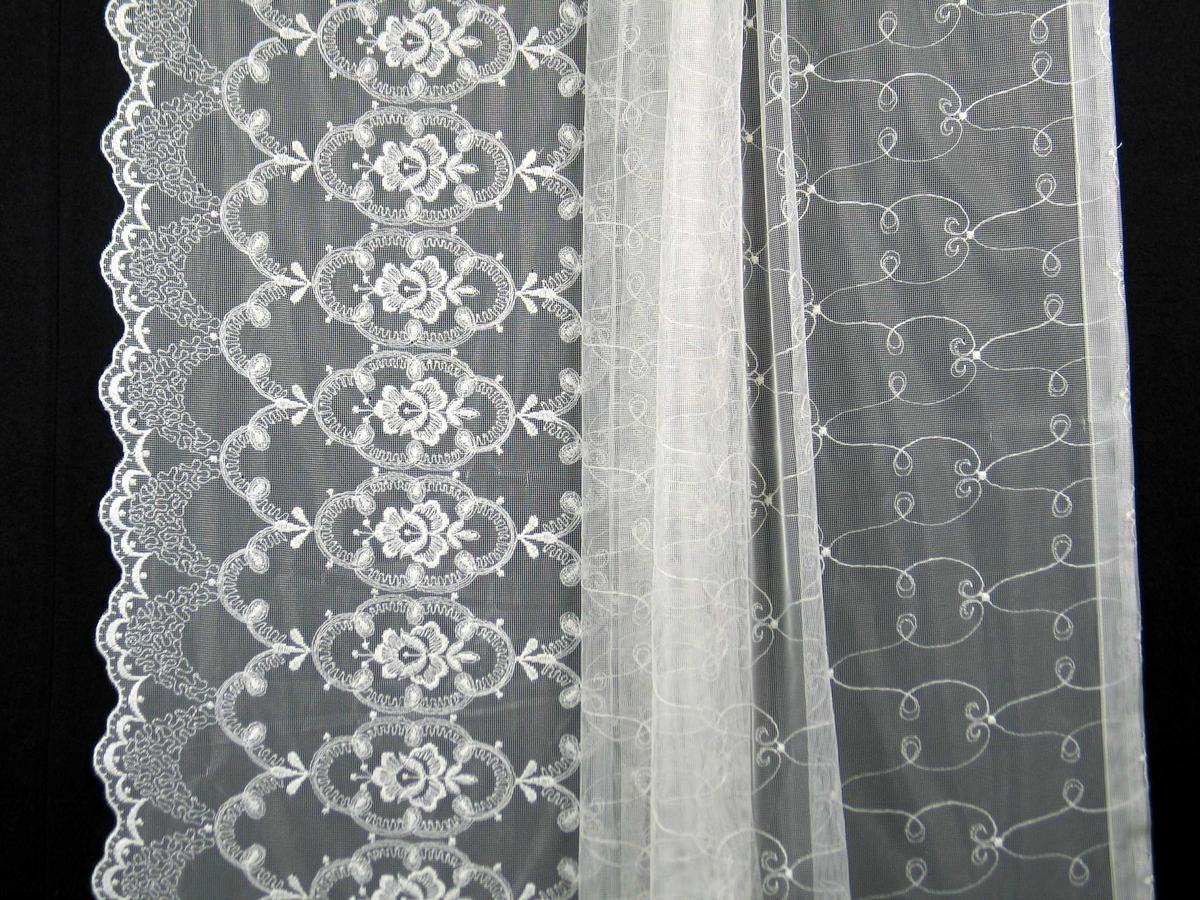Hvit trådgardin i nylon med maskinbroderi.