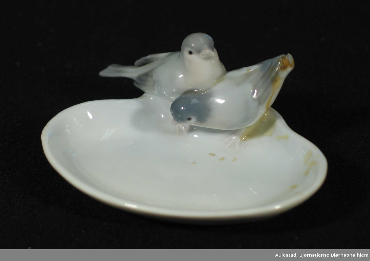 Oval skål i porselen med to fugler på langsiden.