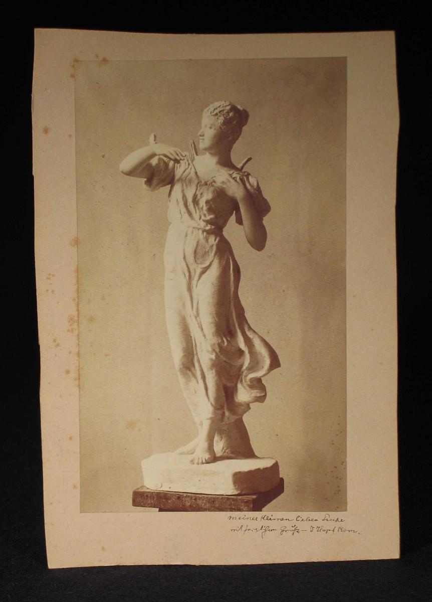 Skulptur av en ung kvinne.