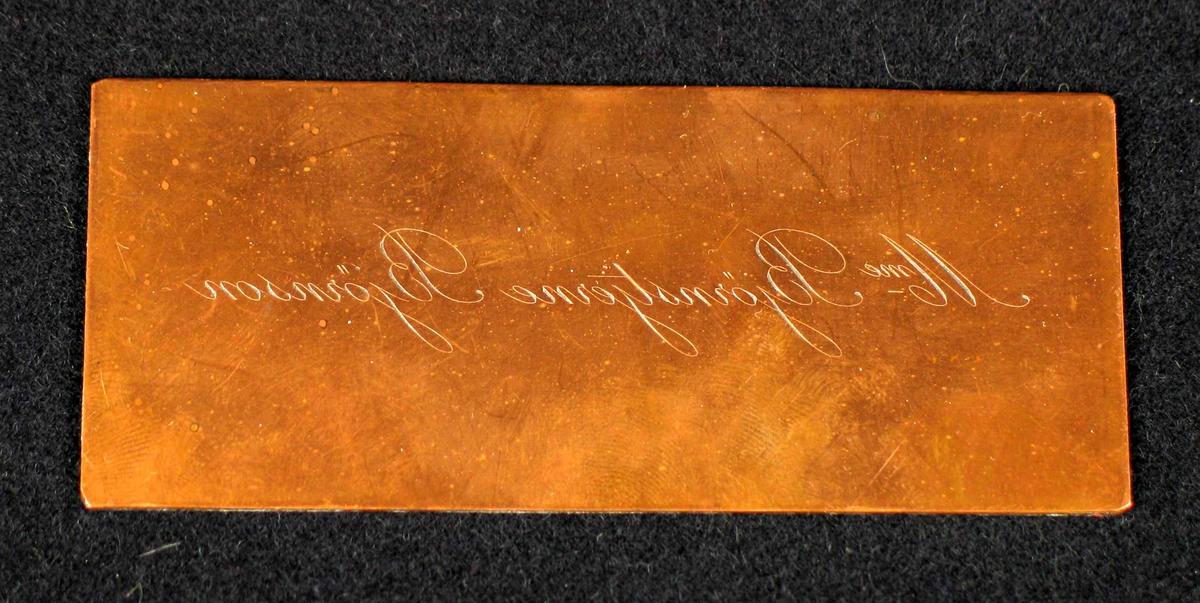 Navn gravert speilvendt på en kobberplate. Trykkplate for visittkort?