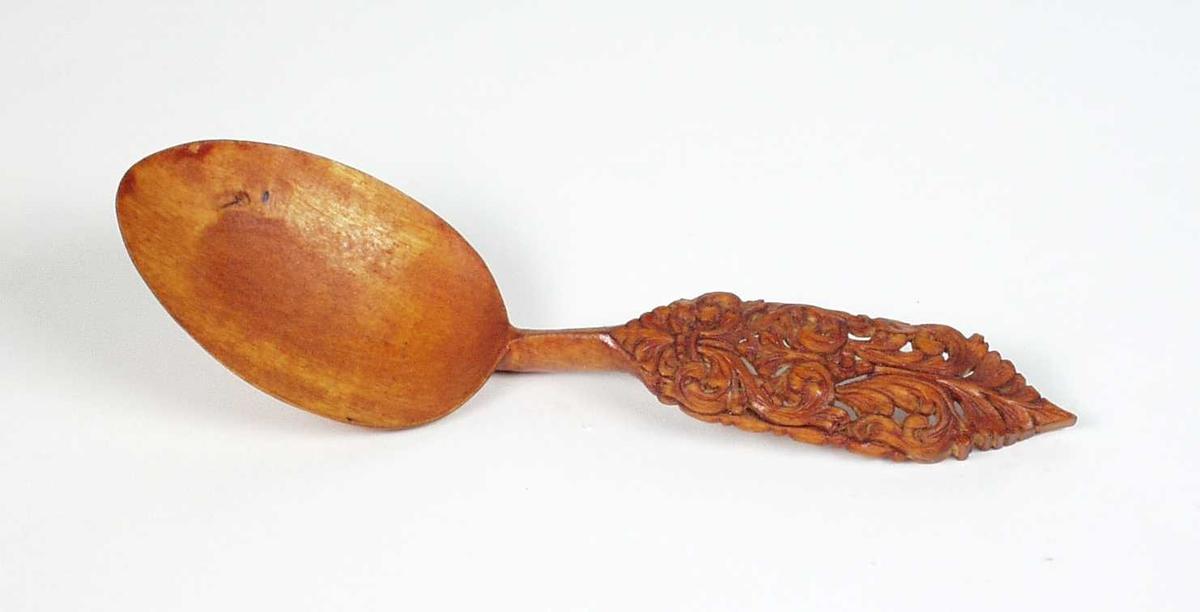 Skje av bjørk. Skjebladet eggformet. Skaftet med gjennonskåret akantusblader, ender i en spiss.