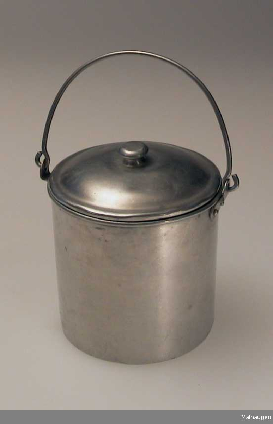 Melkespann i aluminium med buet lokk og hank.