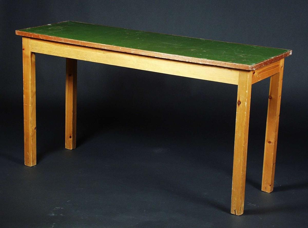 Et smalt langt bord i furu og bøk Bordplaten er malt grønn.