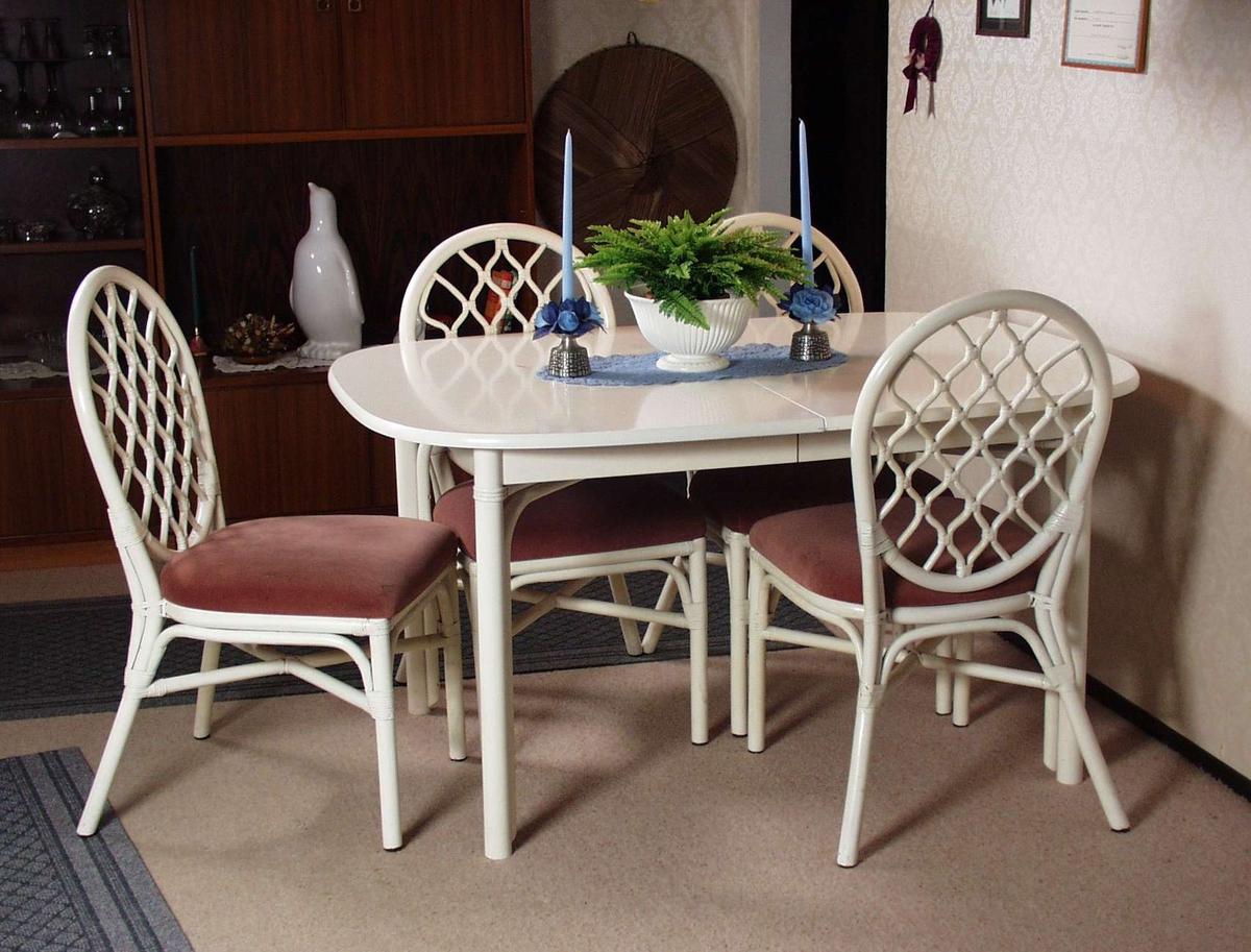 Hvitmalt spisbord med avrundede hjørner. Bordplaten kan trekkes ut og er laget i trefiber.
