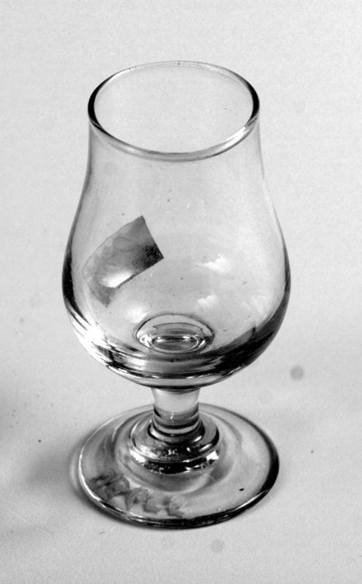 Drammeglass med stett.