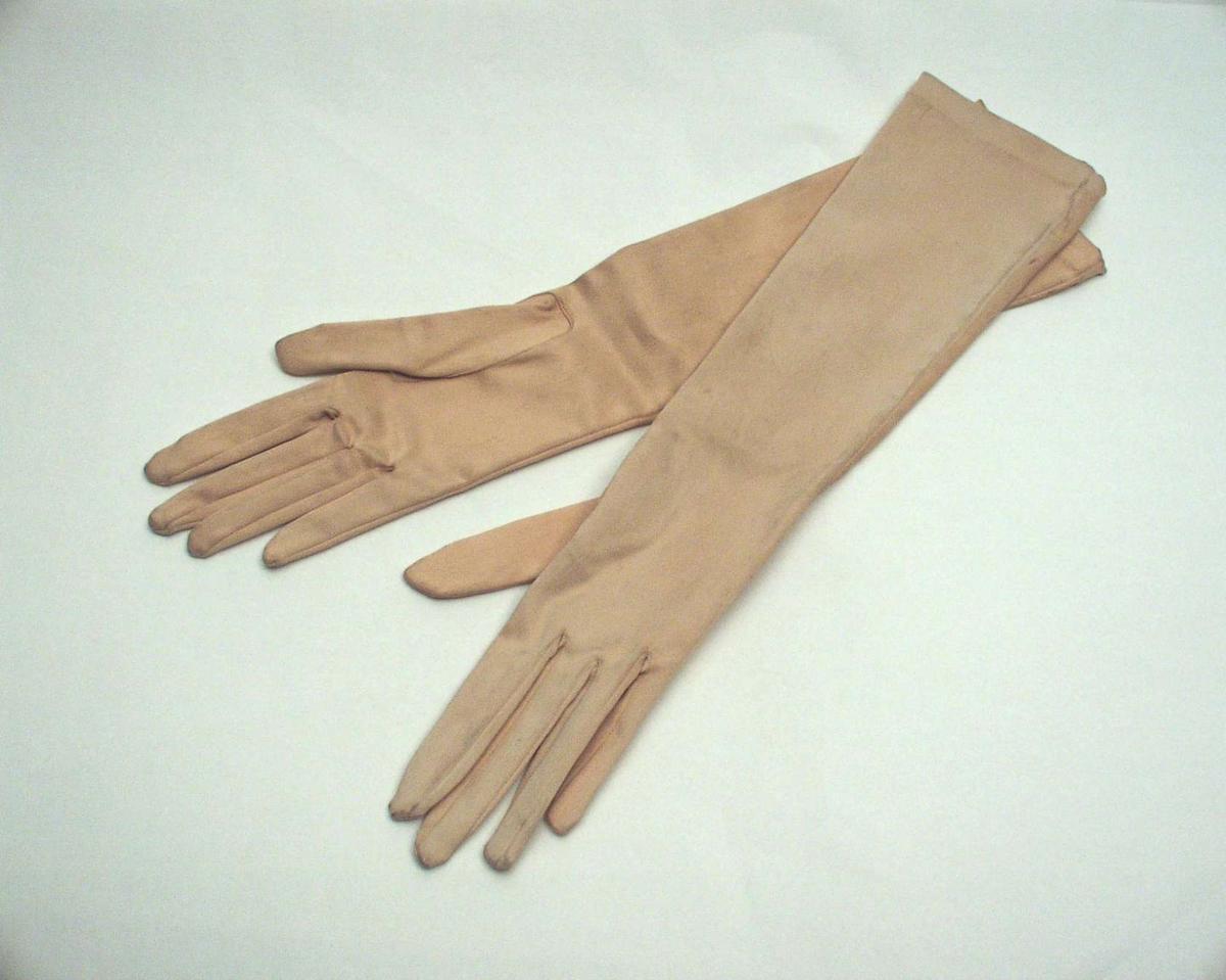 Lange hansker i svakt rosa silkesateng.