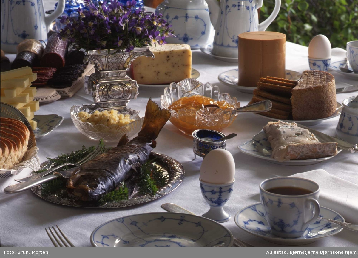 1995:Til bords med BB, servise, fisk, ost, blomster, brød,