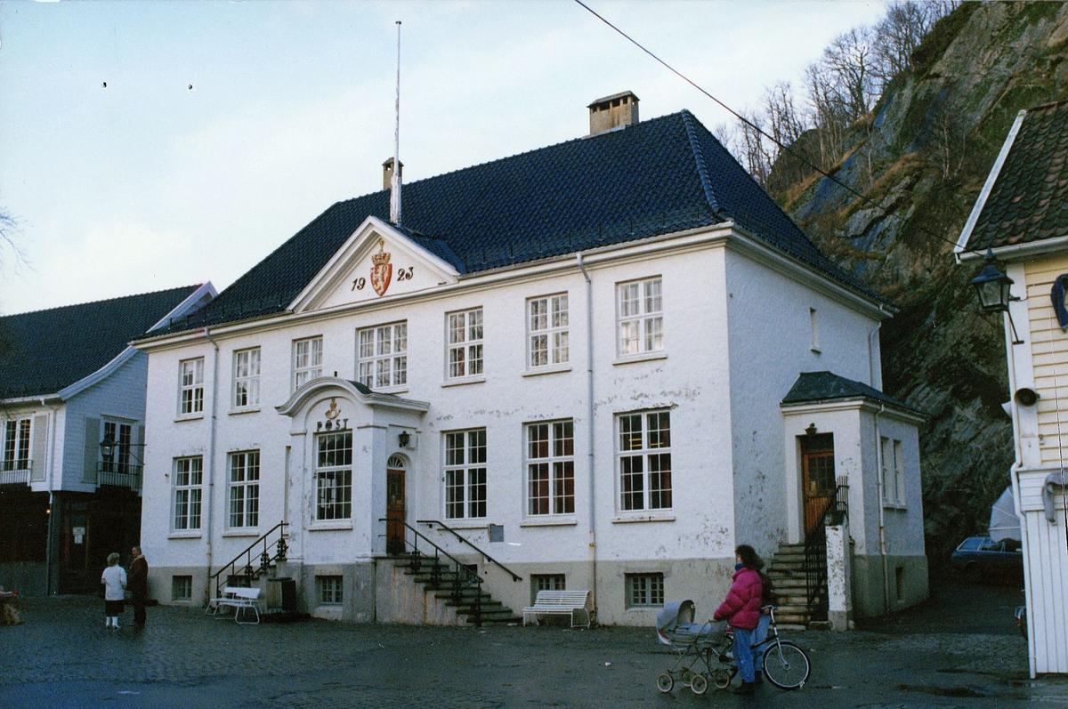 postkontor, eksteriør, Mandal, postkontor inntil 1989, dame med barnevogn, sykkel