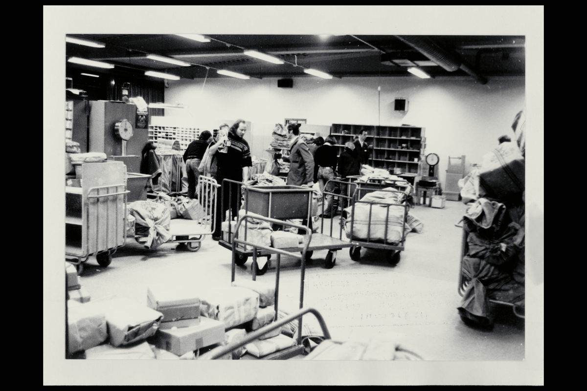 interiør, postterminal, damer, menn, postpakker, postsekker, sorteringshyller