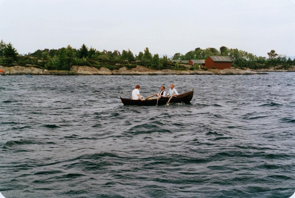 postjubileum, Postens 350 års jubileum, postjubileum '97, Postskyssen '97, postbåten legger ut på Fonnebostsjøen - Lindås, rorskarer, postskyssfører