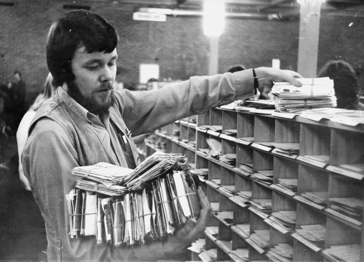 postbehandling, sortering, sorteringsreol, brevbunter, mann