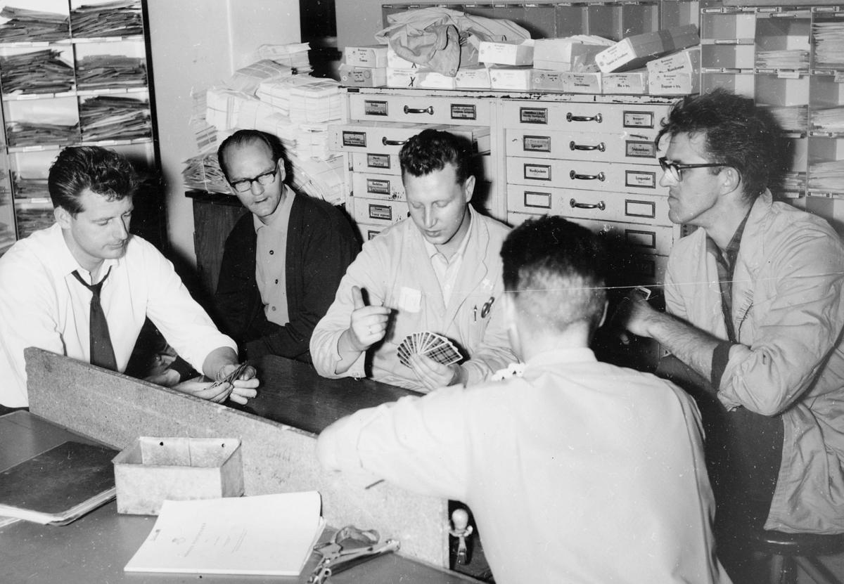postbehandling, sortering, sorteringsreoler, kortspill i pausen,  brevavdelingen, Oslo, 5 menn