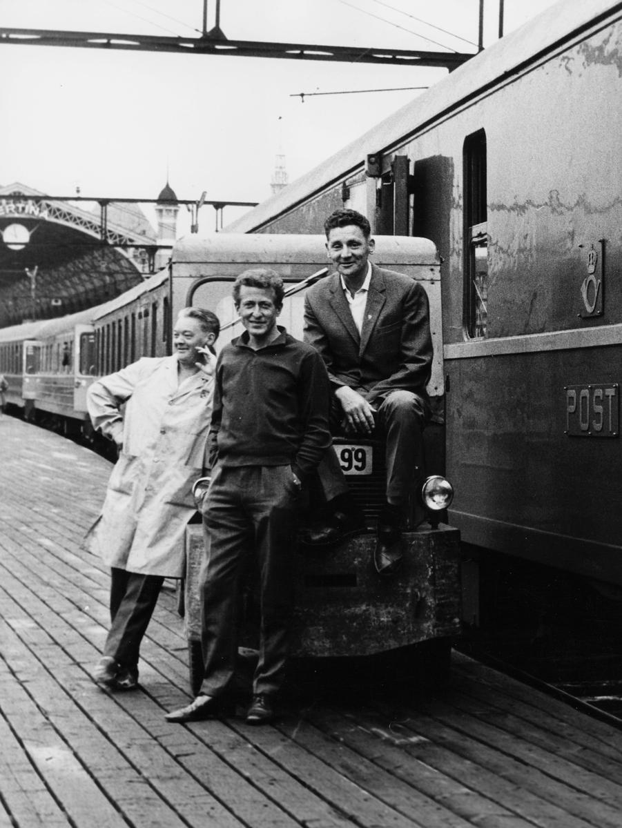 transport tog, eksteriør, Bergensbanen, 3 menn på perrongen foran postvognen, Oslo Ø