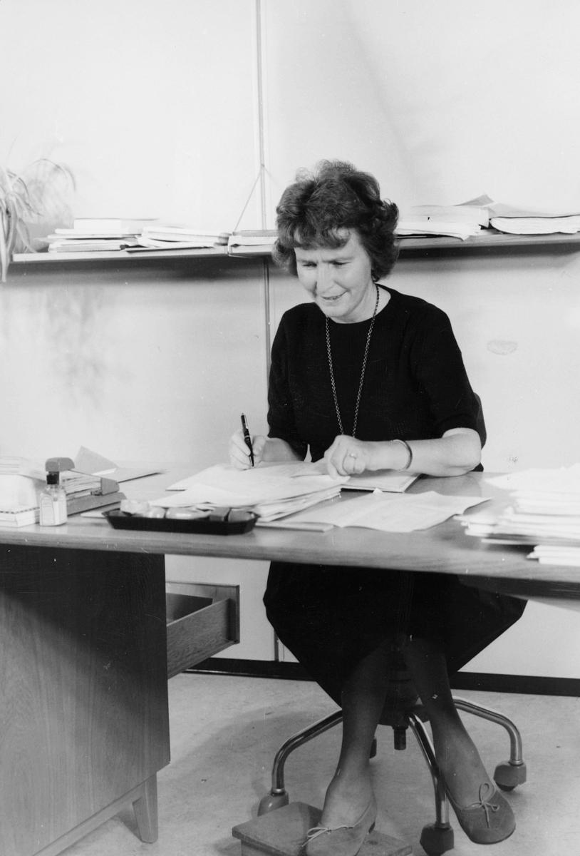 postskolen, 1 dame, kontorpult, skrivearbeide, interiør
