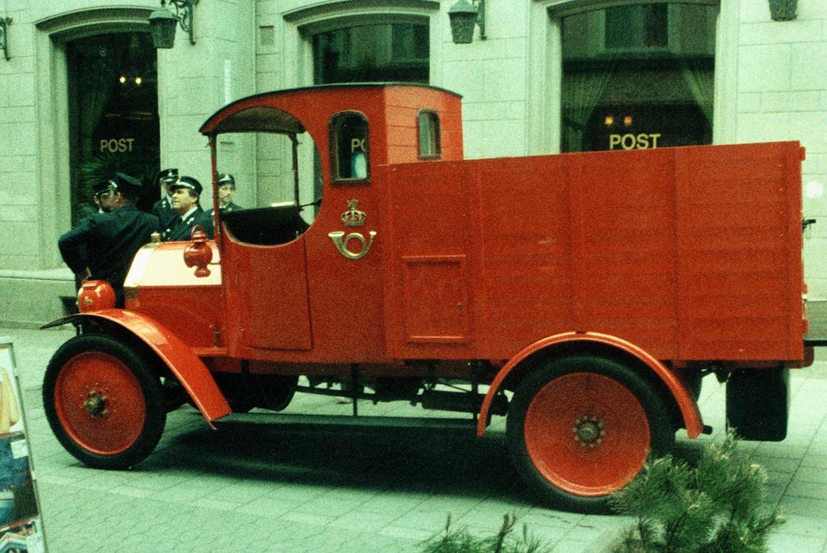 markedsføring, postdagene 1984, lastebil utenfor Egertorget postkontor, restaurert Fiat modell 1914, menn i postuniformer står ved bilen, postlogo