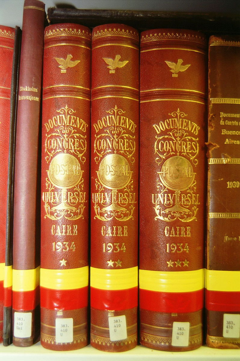 postmuseet, Kirkegata 20, biblioteket, samlinger, bøker, bokrygger, Documents du Congrès Postal universel, bokryggene ligger