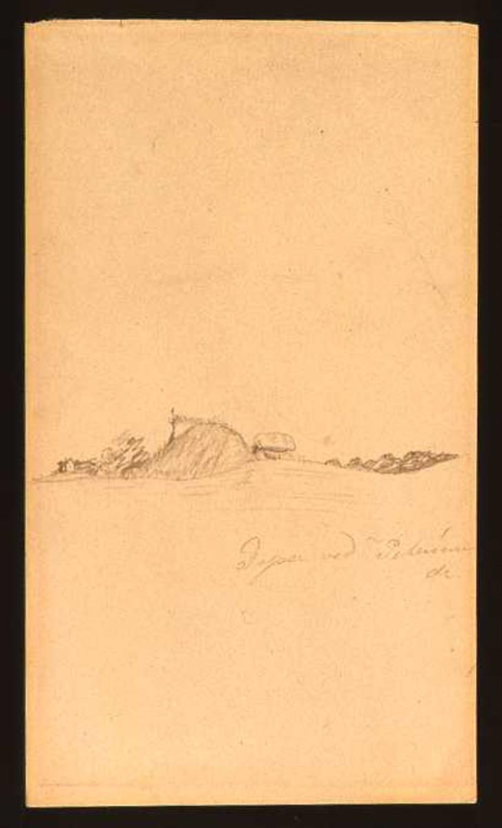 Tegningen er av en dysse i Danmark; et steinmonument i et landskap.