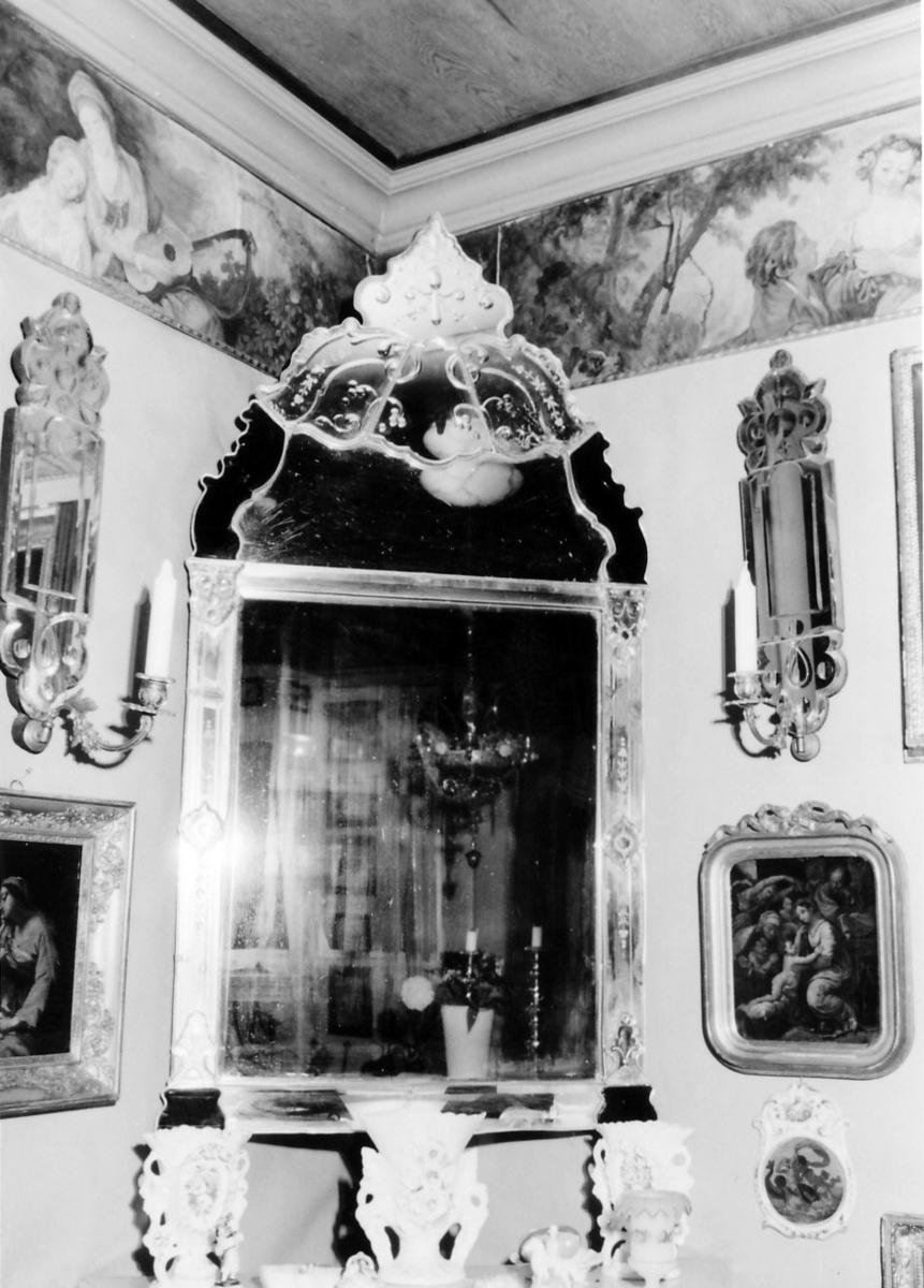 Rektangulært med trekantet toppstykke, Veneziansk. Dekor delvis under glassmassen, delvis satt på i forsølvede trerammer, delvis slipt; i hjørnene nede og på toppstykke sort masse. Topp stykkets ytterrammer konturert V.