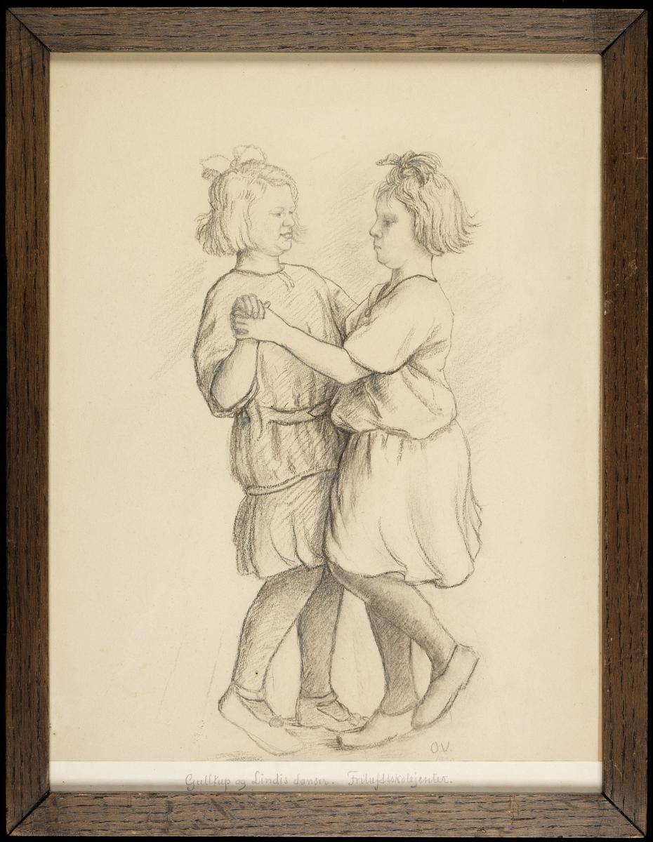 2 piker som danser; begge m. kort hår og sløyfer; kjoler m. langt liv.