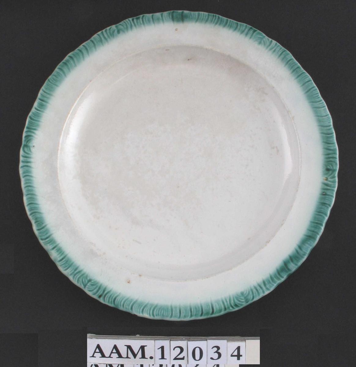 Tallerken, Cream ware,  grønn kantbord.  Stor flat tallerken,  rillet kant,  fylt med grønn farge. Ustemplet.  Tilstand: god.
