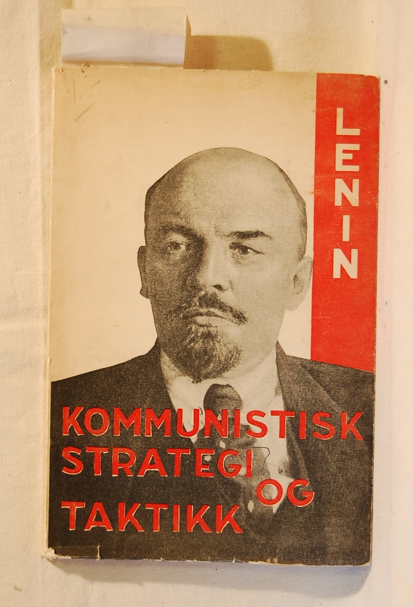 På bokens forside et portrett av Lenin