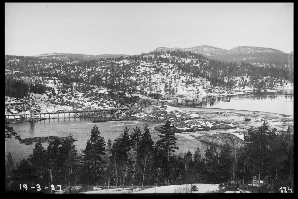 Arendal Fossekompani i begynnelsen av 1900-tallet CD merket 0468, Bilde: 79 Sted: Flaten Beskrivelse: Løftdammen og gammel tømmerrene ved fløtebrua