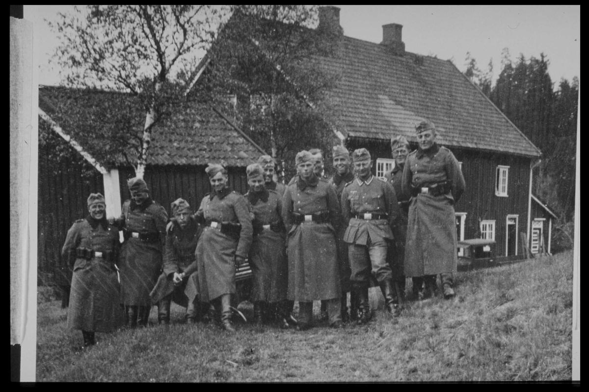 Arendal Fossekompani i begynnelsen av 1900-tallet CD merket 0469, Bilde: 35 Sted: Haugsjå Beskrivelse: Tyske soldater på Haugsjå gård