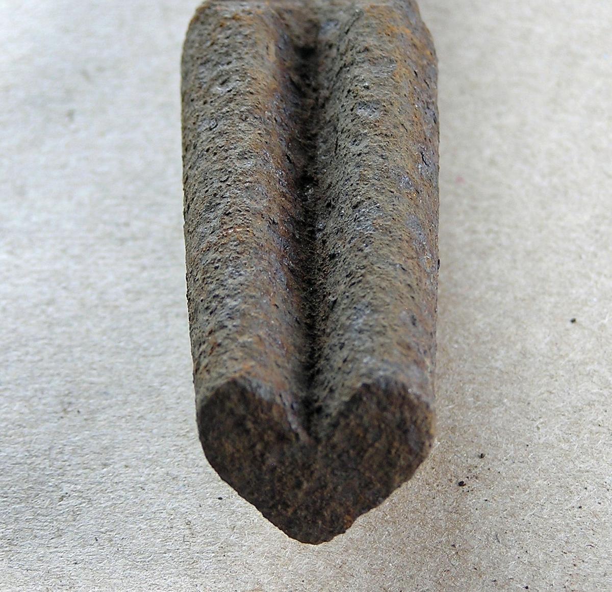 Smidd jernstykke til bruk ved smiing av merkeøks. Merket ble formet rundt stempelet. Stempeldel og håndtak i ett.