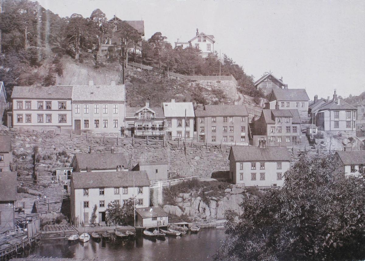 Nordsiden av Kittelsbukt trolig omkring 1890. Husrekken langs Strømsbuveien og hus i Nedre Kittelsbuktvei, bl.a.  Det hvite hus på Sanden,