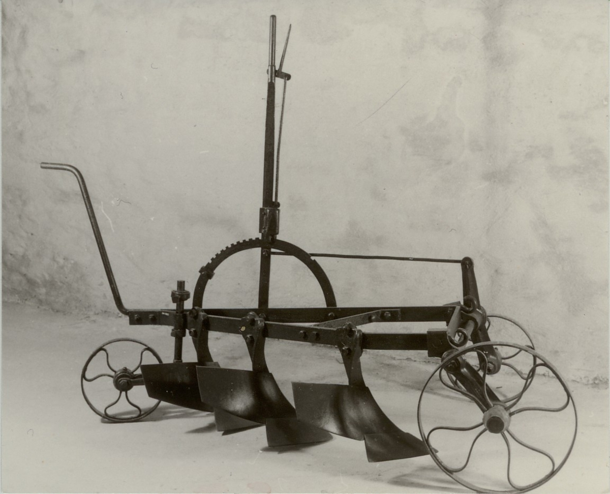 Plogen har tre små plogskjær som er montert på en ramme med hjul. 2 forhjul; det høyre er størst og går således nede i furen under arbeidet. Skjærene, som er stillbare, arbeider ned til en dybde på 5-10 cm.