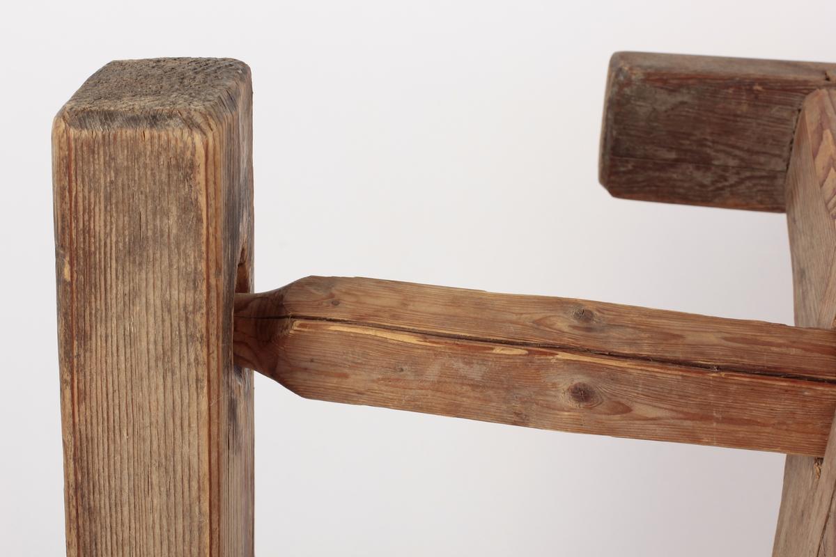 """Kabbestolen består av 2 oppstandere på fotstykket, forbundet med tverrligger. Øverst ligger en aksling med sveiv, med firkantet snitt, som kabben er tredd inn på, horisontalt. Marta Hoffmann: """"Kabben er anbrakt på en kabbestol, mens garnet vindes over på kabben fra hespelen på garnvinden"""" Kabben brukes når man lager renning med rennebom. (reg.) Den ene fotplaten er løs. A: Kabbe B: Aksling med sveiv C: Stativ (stol) D: Løs fot til stolen"""