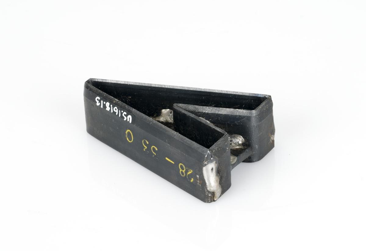 En stansekniv av stål. Stansekniven brukes til modeller for skostørrelse 28-33. Den er formet som en A. Har en påklistret hvit teipbit med påskrift.