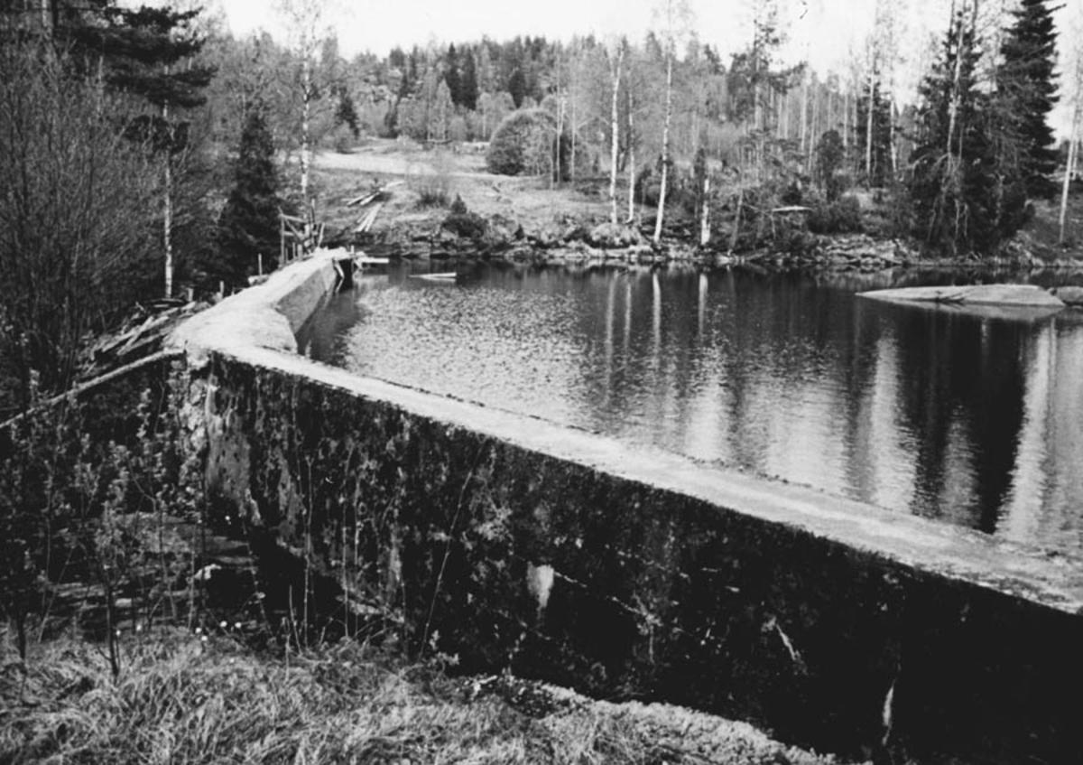 Damanlegget fra den privat bygde kraftstasjonen på Fjell. Bygget 1913.