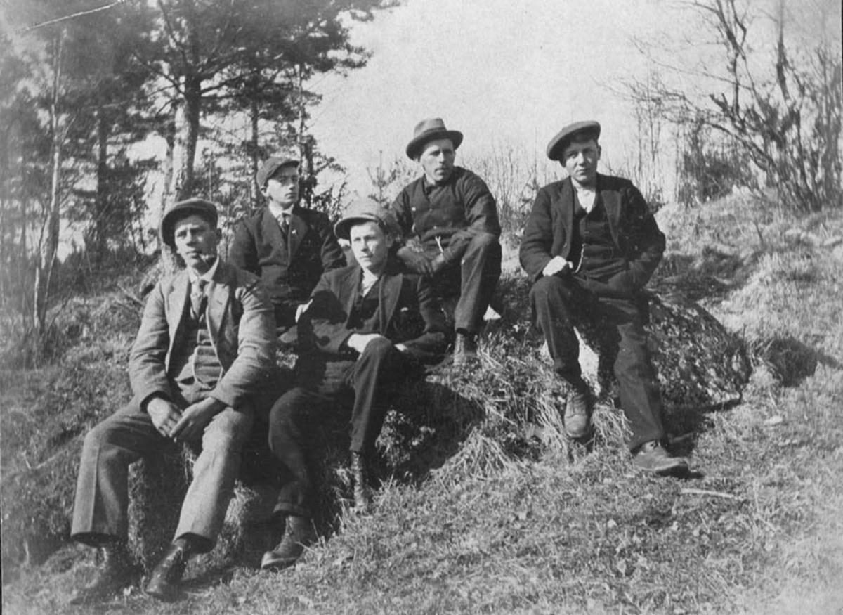 Gruppebilde. 5 menn i skogen.