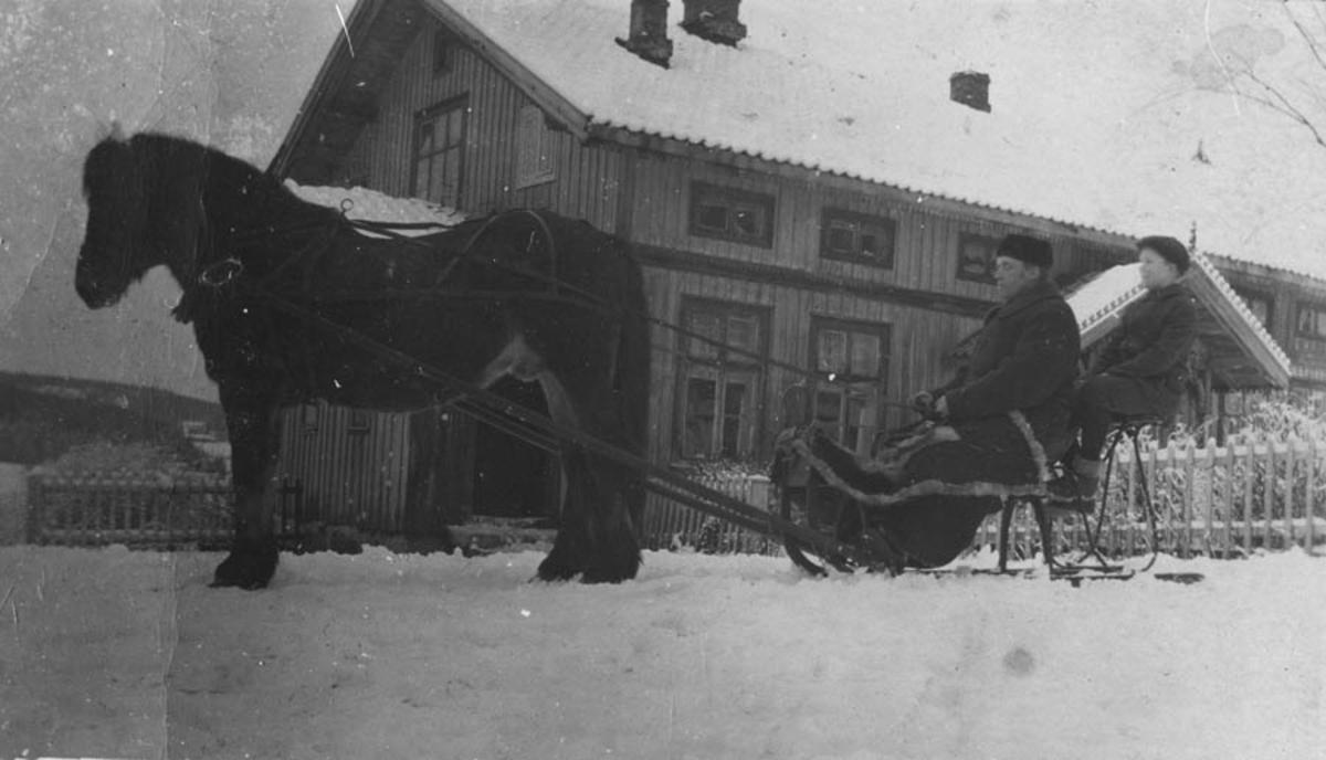 Thorvald Kolstad med sønn Bjørn Kolstad. Hest og slede.