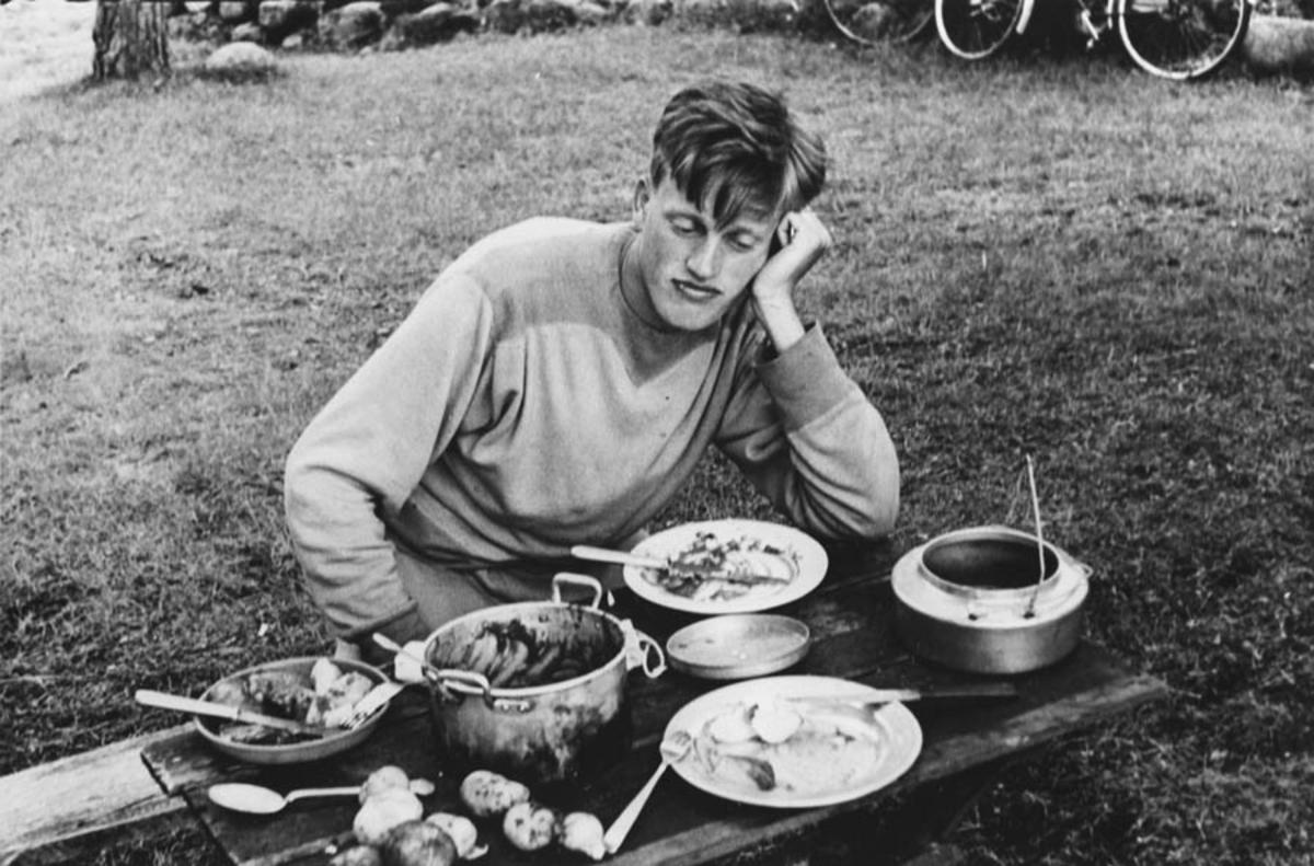 Ferieliv. Middagen er servert. Kjell Andersen.