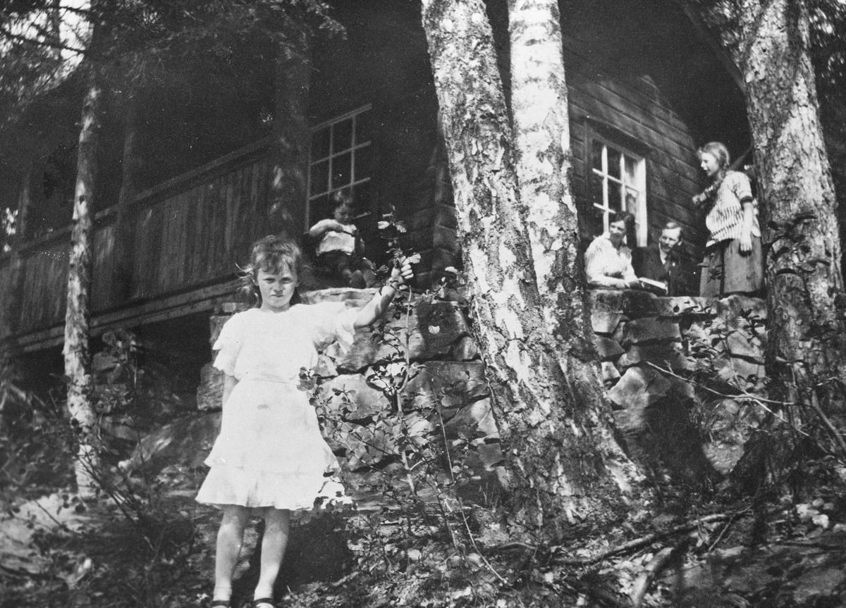 Barn og voksne utenfor Kjærnstua.