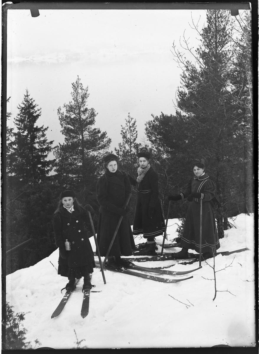 Kvinnelige skiløpere fra århundreskiftet.