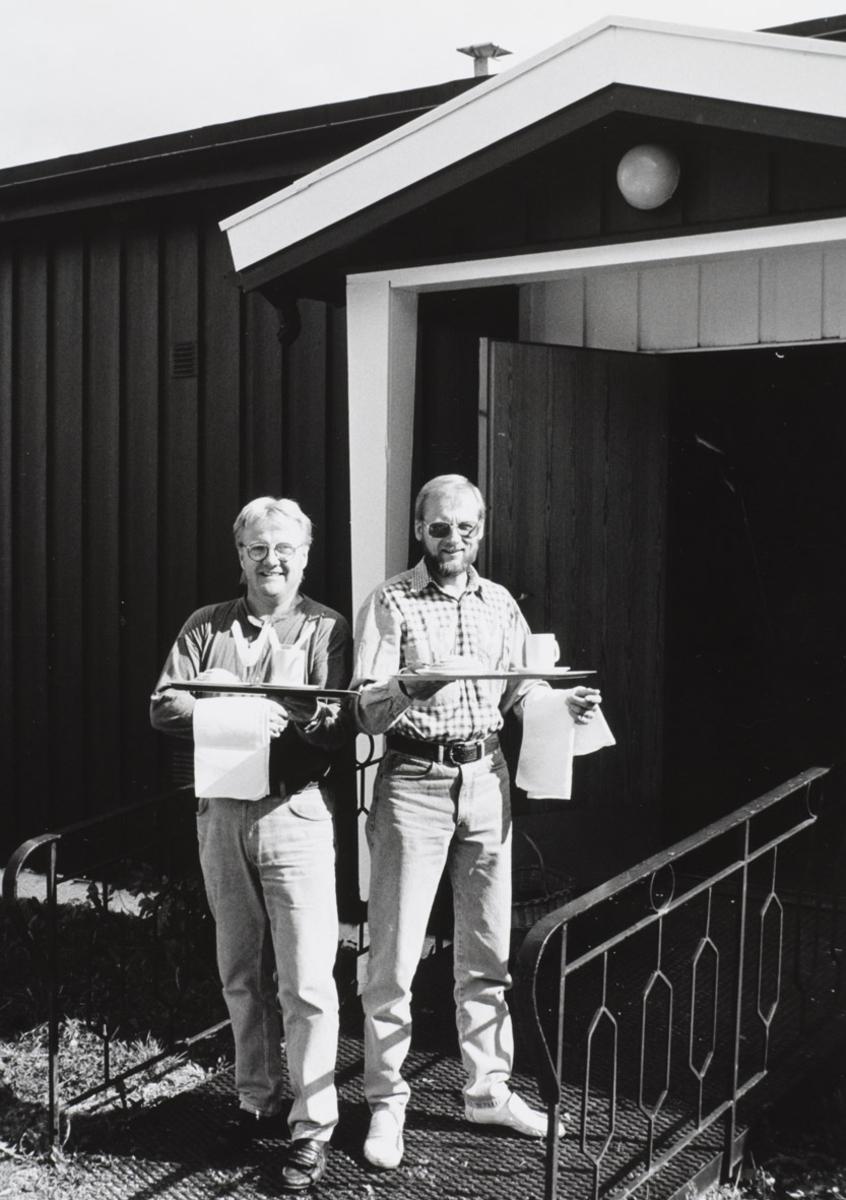To herrer med serveringsbrett. Kulturkafe  Fra Heimen i Rælingen 1993.