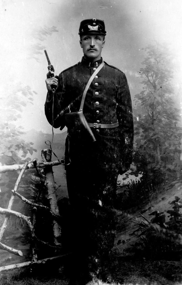 Atelierfoto av soldat med dragen pistol.
