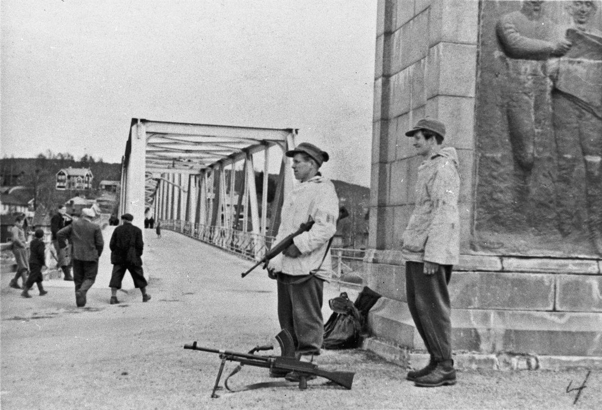 Milorg holder vakt ved Sundbrua 1945.